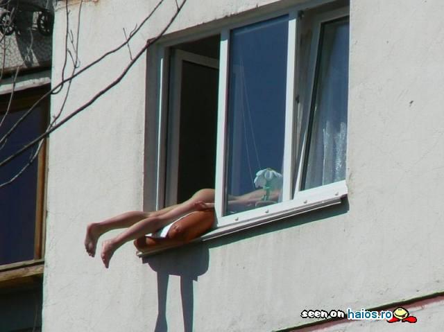cum_sa_bronzezi_posteriorul_daca_locuiesti_bloc_nu_balcon_picioarele_pe_geam